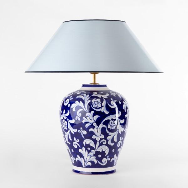 blauweisse Keramik Vasenlampe mit strichlackschirm