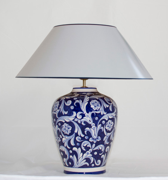 Tischlampe Deruta Blu mit zartblauem Strichlackschirm