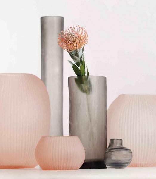 Guaxs Vase Tube S grey kombiniert mit Vase Nagaa rose
